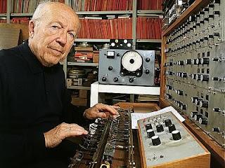Oskar Sala con su mixturtrautonium en su estudio de Berlín