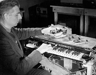 El inventor canadiense Hugh Le Caine tocando el Electronic Sackbut