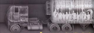 Immagine ai raggi x di un camion con dei rifugiati nascosti al suo interno