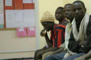 Immigrati africani in un commissariato di polizia a Tamanrasset