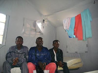 Interno di una delle tende del campo, con i tre darfuriani ospiti