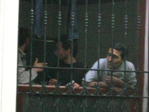 Detenuti alla grata della Guesthouse di Kunkapi, a Istanbul