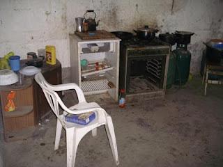 Cucina utilizzata dai braccianti in una masseria abbandonata