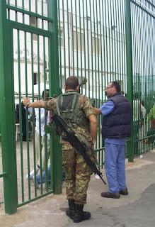 Militare di guardia al Cara di Cassibile