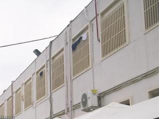 Le grate alle finestre del piano superiore del Cara di Cassibile