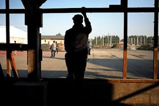 Rifugiati in uno squat a Calais