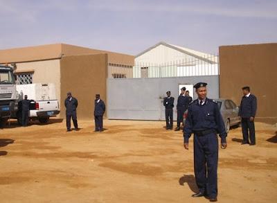 Poliziotti all'ingresso del centro di detenzione di Sebha