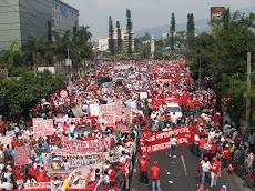 Miles de trabjadores y trabajadoras marcharon por las calles de San Salvador