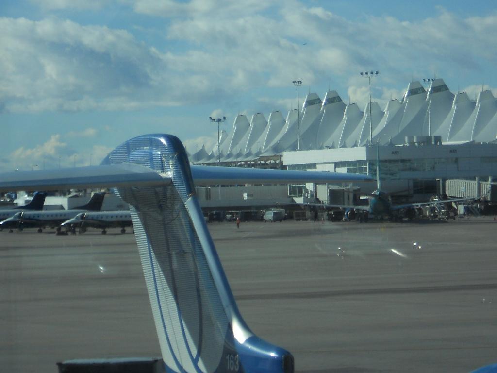 Aeroporto de Denver no Colorado. #334E5F 1024x768 Banheiro Canadense