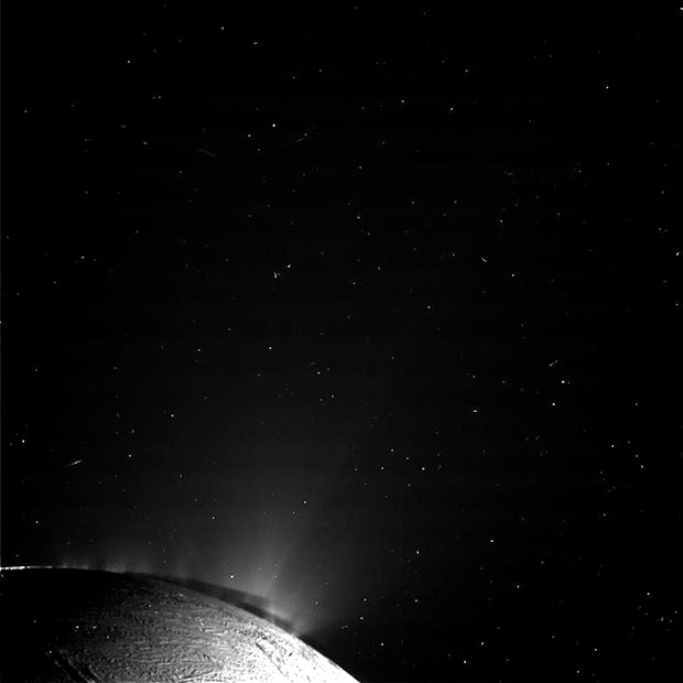 NASA's Cassini craft shoots the jets of Saturn's moon Enceladus