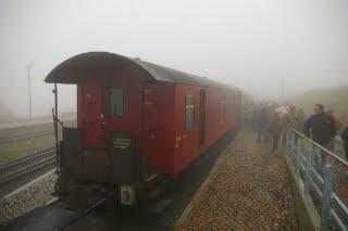 霧に包まれたブロッケン山頂駅に到着したハルツ狭軌鉄道の列車