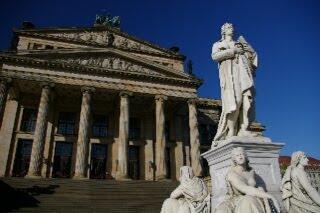 シラー像とベルリン音楽堂(ジャンダルメンマルクト広場)