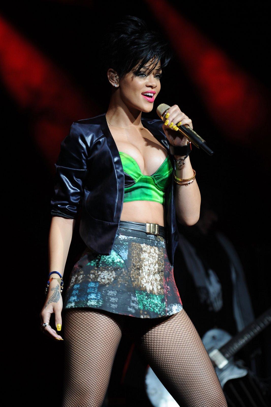 http://2.bp.blogspot.com/_sDp_pE3-DTc/SUdhFiFmhhI/AAAAAAAAG5E/-IZ73iEKA2A/s1600/Rihanna_performs_at_the_Y_100_Jingle_Ball_in_Sunrise-1_122_903lo.jpg