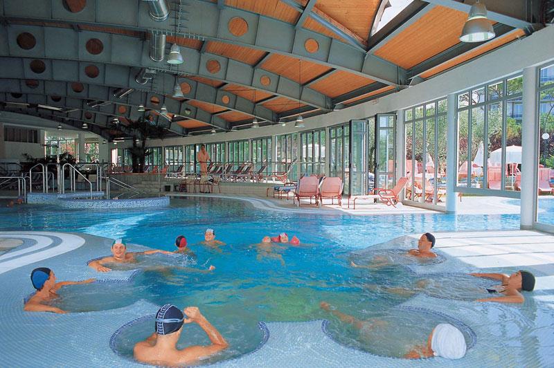 Esplogirando hotel piscina termale petrarca for Asciugacapelli a parete per piscine