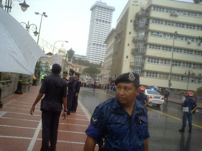 Policeman who asked us to disperse near Loke Yew Building almost reaching Dataran Merdeka