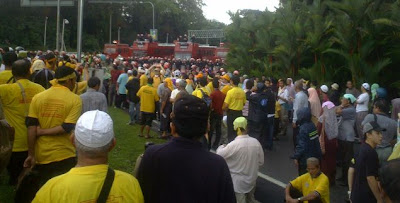 BERSIH marchers blocked by riot squad bariccade from approaching the Istana