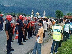 unarmed HINDRAF supporters facing armed FRU