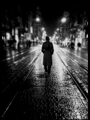 Sokaktayım kimsesiz bir sokak ortasında