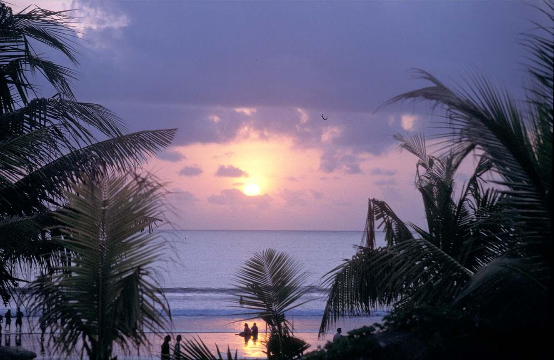 http://2.bp.blogspot.com/_sIR_l7X0QMw/TKUyb0YPwuI/AAAAAAAAA90/iAD7St_d37w/s1600/gambar_sunset_Pantai_Kute.jpg