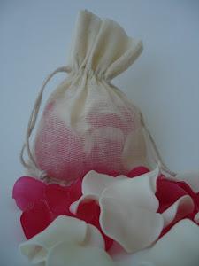 Saquito con pétalos de jabón aroma verbena.