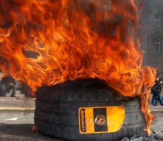 pneu en flamme pendant une manifestation des ouvriers de Continental à Clairoix dans l'Oise