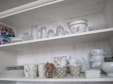 Kjøkkenhylle på sjøhuset. Ikke alt bør gjemmes bak skapdører!