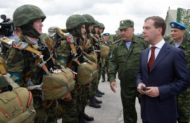 http://2.bp.blogspot.com/_sQ4dLsfV7p0/S_0uZCQi6LI/AAAAAAAAB38/_md23wE1f7s/s1600/getty+5+26+10+Vladimir+Shamanov+Dmitry+Medvedev.jpg