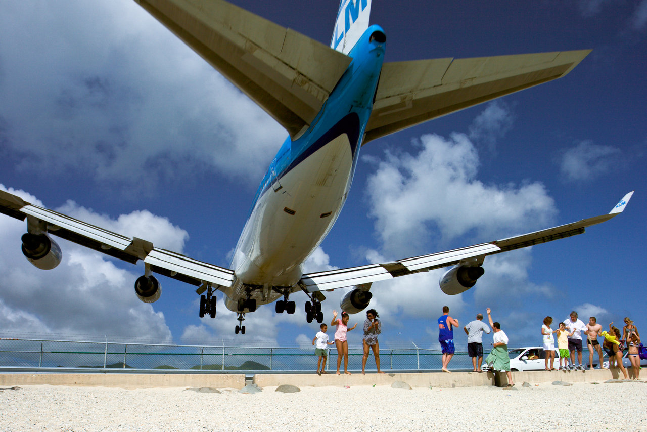 http://2.bp.blogspot.com/_sRGU_JXOz6E/TRedSaRDtfI/AAAAAAAAAk8/REG0FcEp8Rc/s1600/Airplane_too_close_wallpaper.jpg