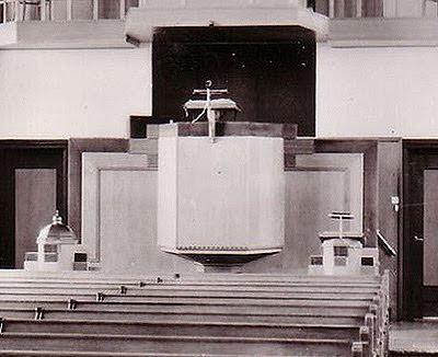 Preekstoel en doopvont in de Nederlandse Hervormde Kerk in Vinkeveen