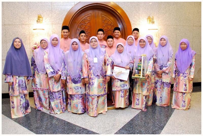 Guru-guru dari SU Telisai mendapat Anugerah Sekolah Tauladan bagi