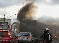 ônibus soltando fumaça preta