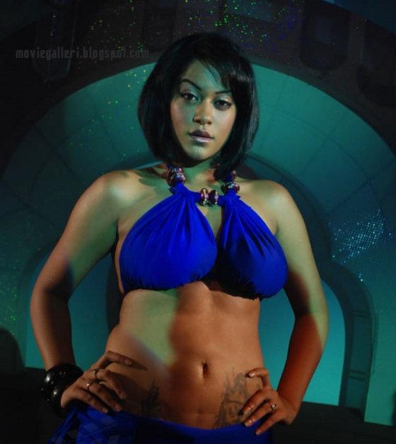 [pournami-naagam-movie-mumaithkhan-02.jpg]