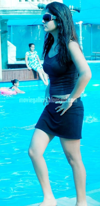 [nayanthara-swimsuit-stills-images-pics-05.jpg]