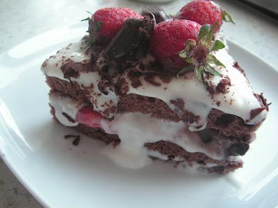 Çikolata Parçacıklı Çilekli Pasta
