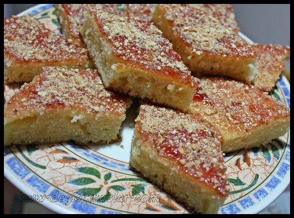 Çilek Reçeli Soslu Kek Tatlısı