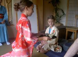 ילדים משתתפים בטקס התה