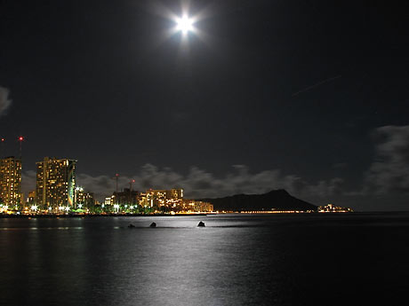 http://2.bp.blogspot.com/_slemb5NBL3M/TDzlE_cghHI/AAAAAAAAEm8/xQuiUeq_ANI/s1600/full-moon-in-hawaii-0616200_0556.jpg