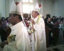 Uskup Manado saat memasuki gereja