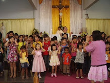 Pst Agus ditengah anak-anak