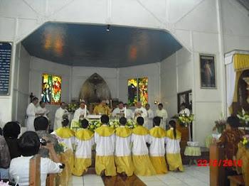 Misa di Gereja Bunda Hati Kudus Woloan
