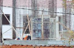 Με τρία μέτρα προσπαθούν να σώσουν την οικοδομή