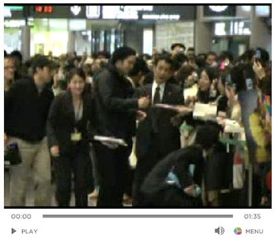 Video of Robert Pattinson Signing Autographs at Narita Airport + No Love For