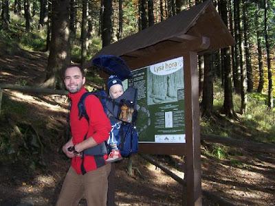 Kubíček a já na sestupu z Lysé hory, který se ukázal být dobrodružnější, než avízují všichni průvodci po Beskydech