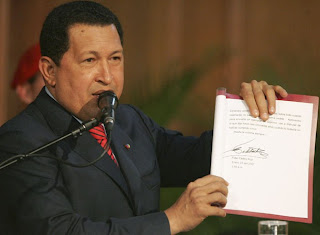 Hugo Chávez lee carta de Castro