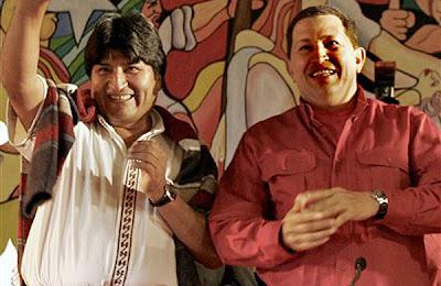 Evo Morales come de la mano de su padrino político Hugo Chávez
