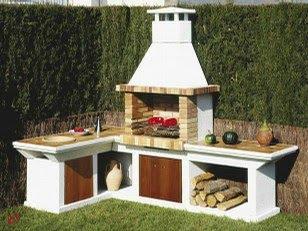 una barbacoa en el jardn suele tener un rincn propio destinado a las comidas y a los festejos suele estar cerca de una mesa