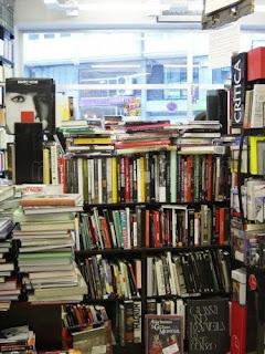 Pormenor do interior da livraria Follas Novas, Santiago de Compostela, Espanha
