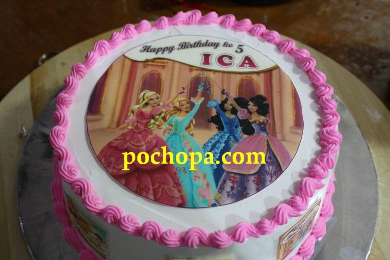 Bahkan cake rasa jeruk ini tampil menawan dengan gambar Barbie Three