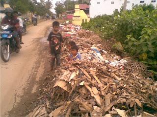 Dikeluhkan, Tumpukan Sampah di Batasan Woha-Belo