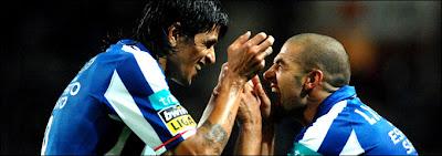 Lisandro Lopez celebra o seu sexto golo com o compatriota Lucho (©FCPorto)